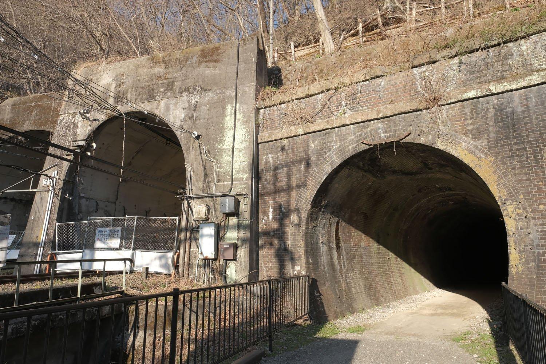 横川方の一番左のトンネルから、新線上り線、新線下り線、旧線本線(単線)。