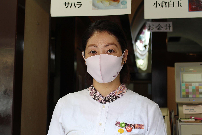常連客から贈られた『みつばち』のロゴ入りマスク。