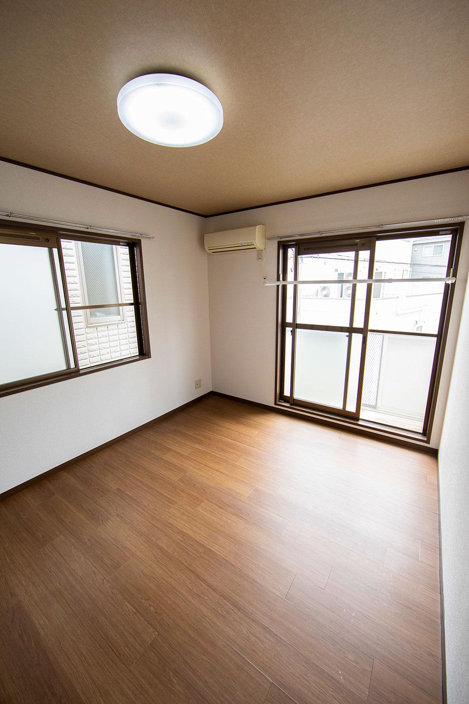 洋室は傷が付きにくいフロアタイル貼り。梅雨の時季には室内物干しが重宝する。