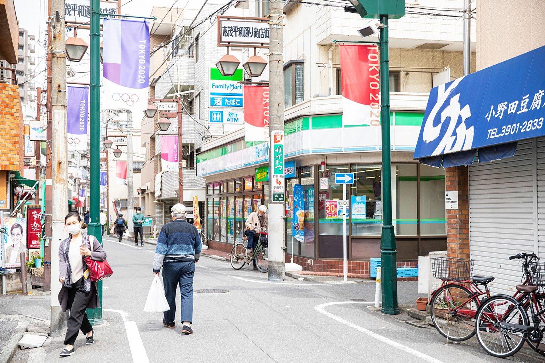 付近の商店街にはコンビニや定食屋などが揃い、生活にとても便利。