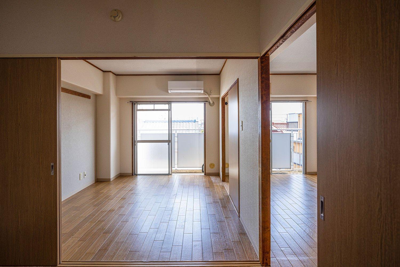 部屋を仕切る引き戸を外せば広々とした空間に大変身。