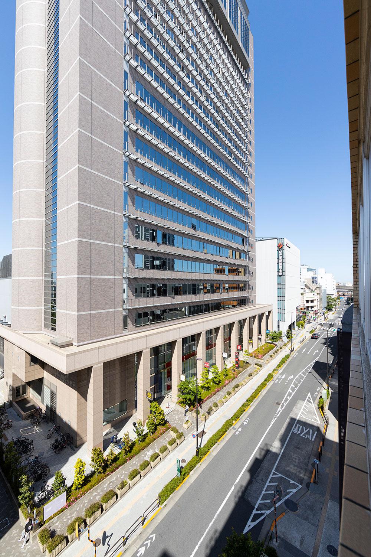 向かいにはフレンチレストラン、フィットネスジム、地上90mの眺望を誇る天空劇場などが入る『東京芸術センター』。