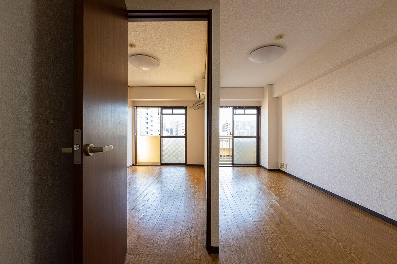 玄関のドアを開ければ開放感に満ちた1LDKがお目見え。