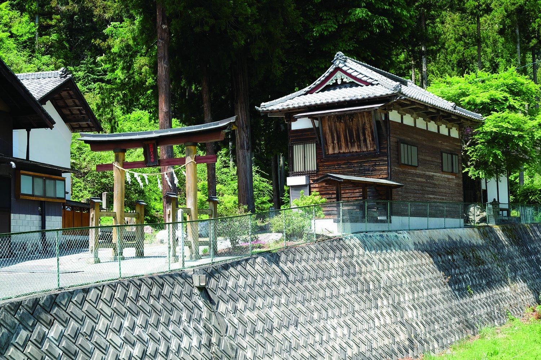 漆木地区にある立派な諏訪神社と稲含(いなふくみ)神社。毎年、4、10月には漆木神楽が奉納される。