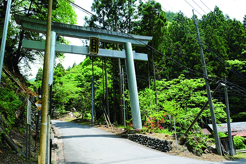 城峯山への入り口になる大鳥居。ここからの道は城峯神社への表参道となる。半納へ上がる道でもある。半納のさらに奥には太田部地区がある。