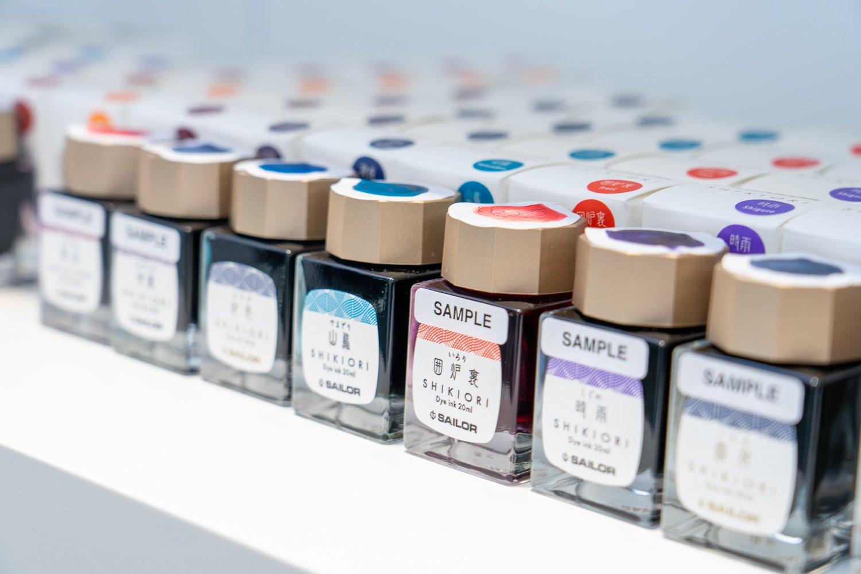 海外でしか販売していないものも含め、『セーラー万年筆』のインクが店内にはズラリ。