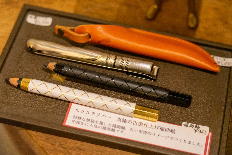 短くなった鉛筆にかぶせて使う補助具は、中高生にも人気だとか。