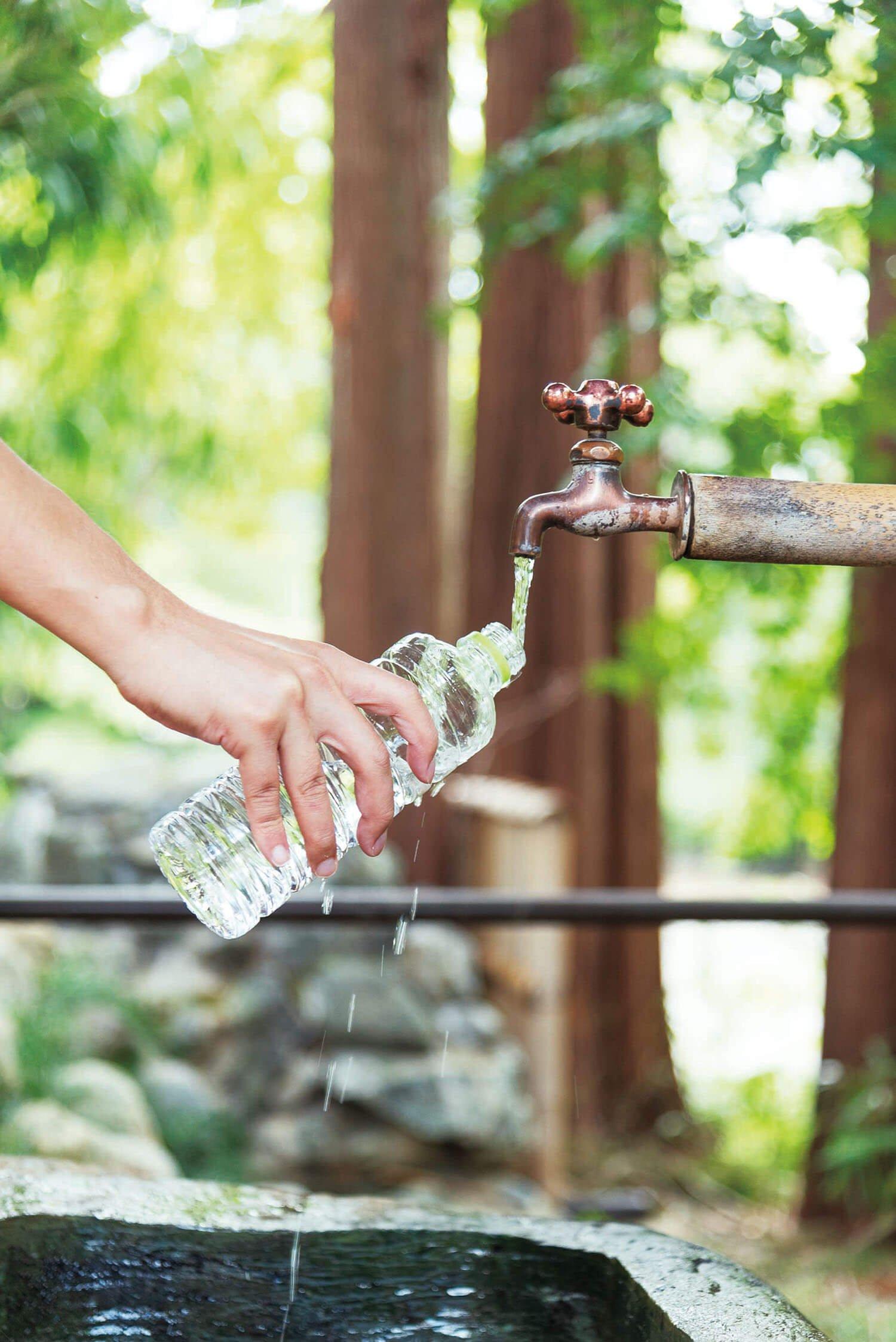 手水舎近くの蛇口から、御神水が汲める。