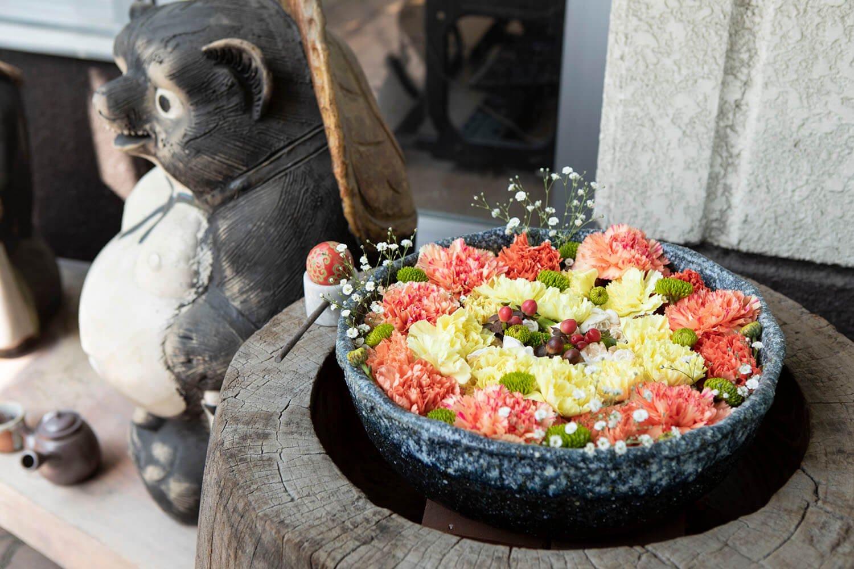 八幡通りには至る所に花手水が。使う花や彩りは作り手によってさまざま。お気に入りを見つけよう。