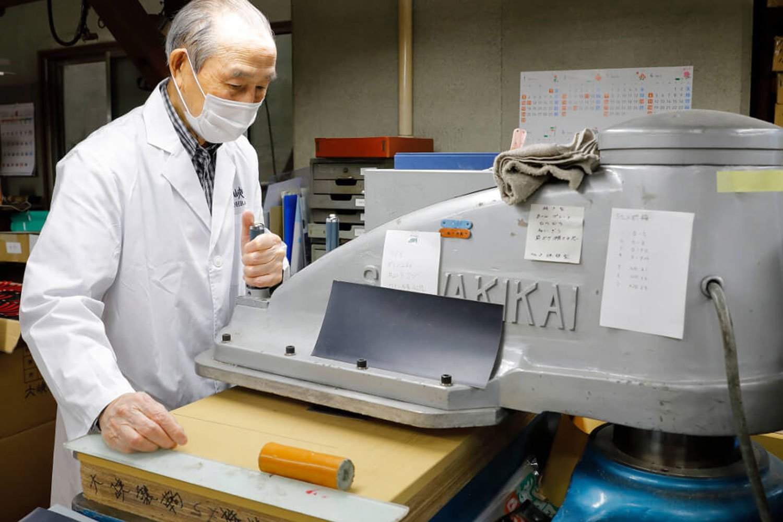 パーツを作るため機械で革を型抜き。