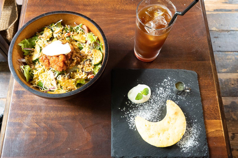 野菜不足の人にもおすすめ、やみつきプルドポークライス1150円。レモンたっぷりの月のレモンケーキ750円。1杯ずつハンドドリップする本格派コーヒー680円。