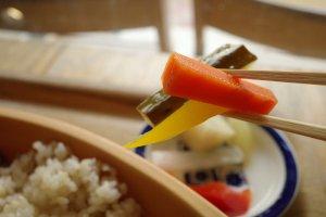 清澄白河カフェ_mammacafe151A_ハヤシライスに付く小皿のピクルス
