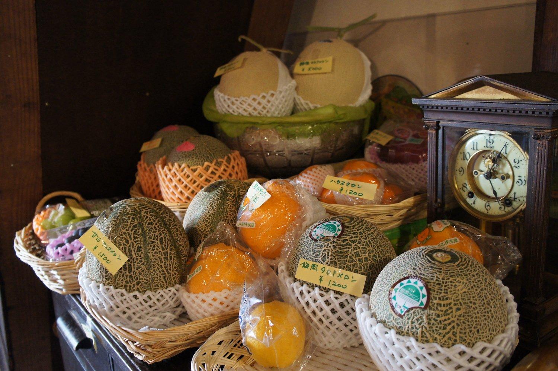 店内では、市場で仕入れた旬の果物も販売している。