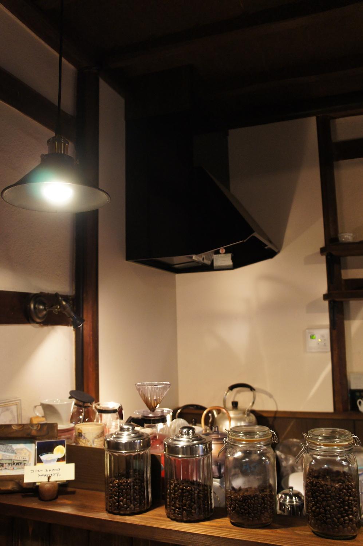 店内奥にある焙煎コーナー。おすすめコーヒー以外にも複数セレクト品が並ぶ。