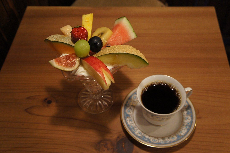 季節のフルーツパフェ1200円と、本日コーヒー400円。コーヒーのセレクトは幸平さんが担当。