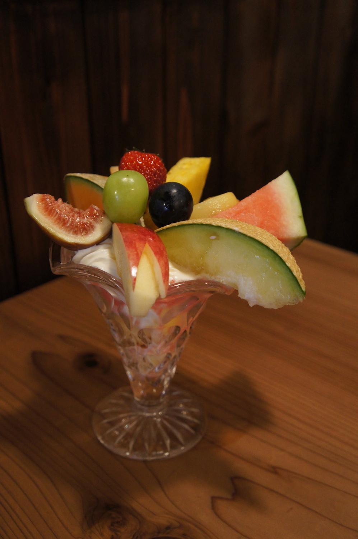 季節のフルーツパフェ1200円。幸平さんが食べ頃の果物をセレクトし、康子さんが調理する。