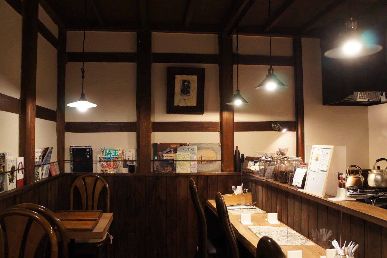 店内1階。古物商である幸平さんがセレクトしたアンティーク調度品が光る。