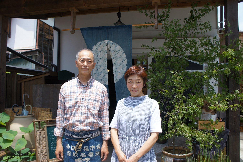 粕谷幸平さん、康子さんご夫婦。朝早くから晩まで笑顔を絶やさず客に接しているのが印象的。