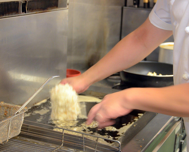 こだわりは揚げ方にも。中温の油で10分ほど費やしてじっくりと揚げた後に余熱で火を入れることでジューシーな味わいに。
