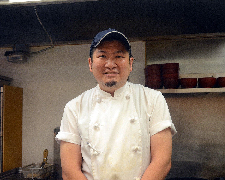 今回お話を伺った『とんかつ檍』の店長の元良勇太さん。気さくな人柄でスタッフとともに和気あいあいと言った雰囲気で調理している姿が印象的だ。