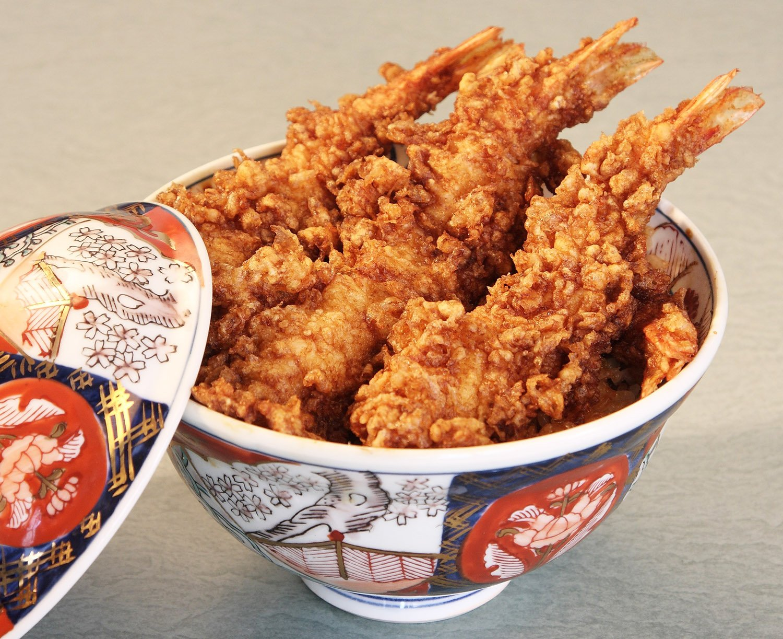 天丼は1600円から。人気は、海老天4本入りの海老天丼2000円。