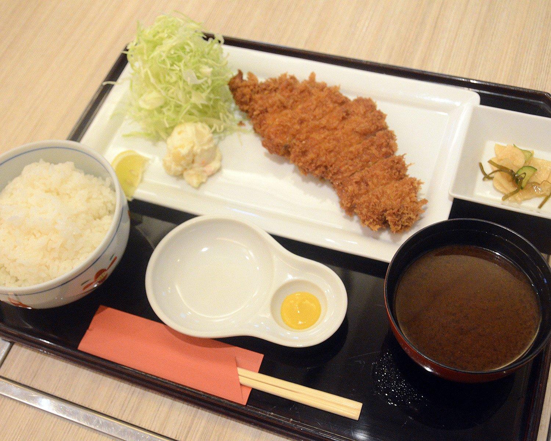 『多津美』不動の1番人気、ロースかつ定食990円。店主曰く「フツー」とは言うものの、軽い食感のかつはただものではない!