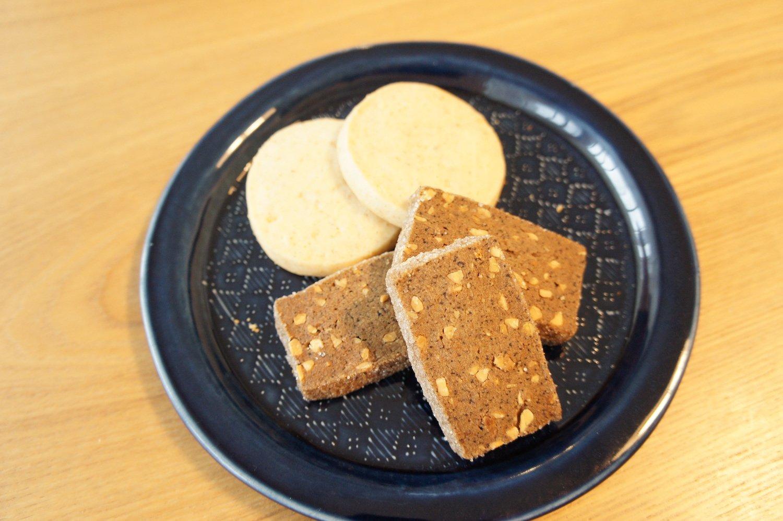 写真上からローズクッキー292円、スリランカコーヒークッキー486円。素材を生かした、自然な歯応えと味わい。