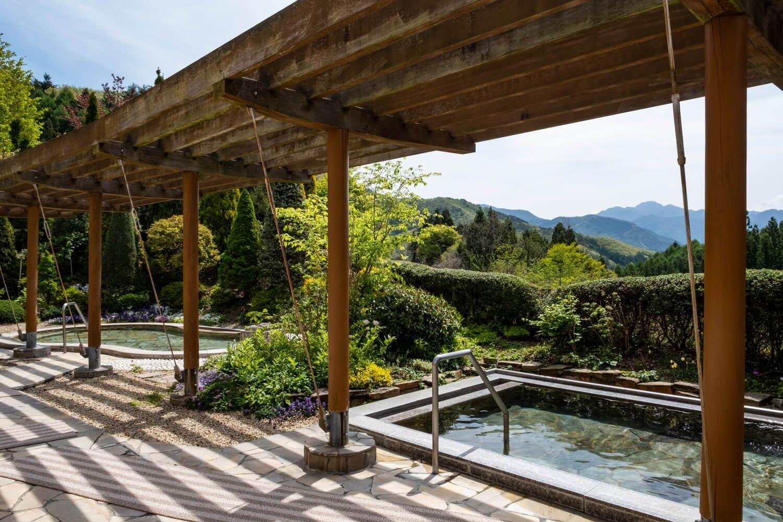 2つの浴槽が並ぶ「香の湯」(写真)。「風の湯」は岩風呂風。