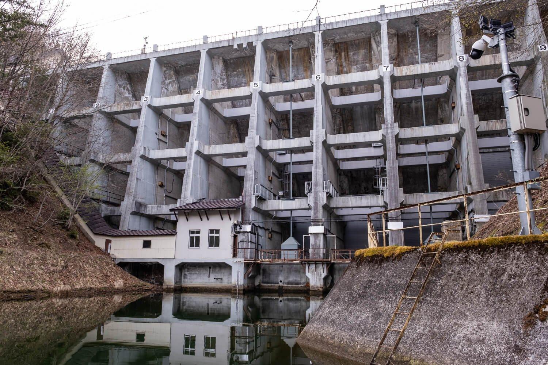 水圧を支えるバットレス構造の擁壁(ようへき)をもつ丸山堰堤。