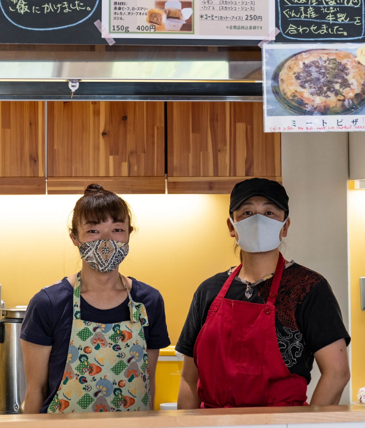 訪問日の当番店「よしのんち」店長で片品村在住の主婦・吉野知己さん(右)とスタッフ。