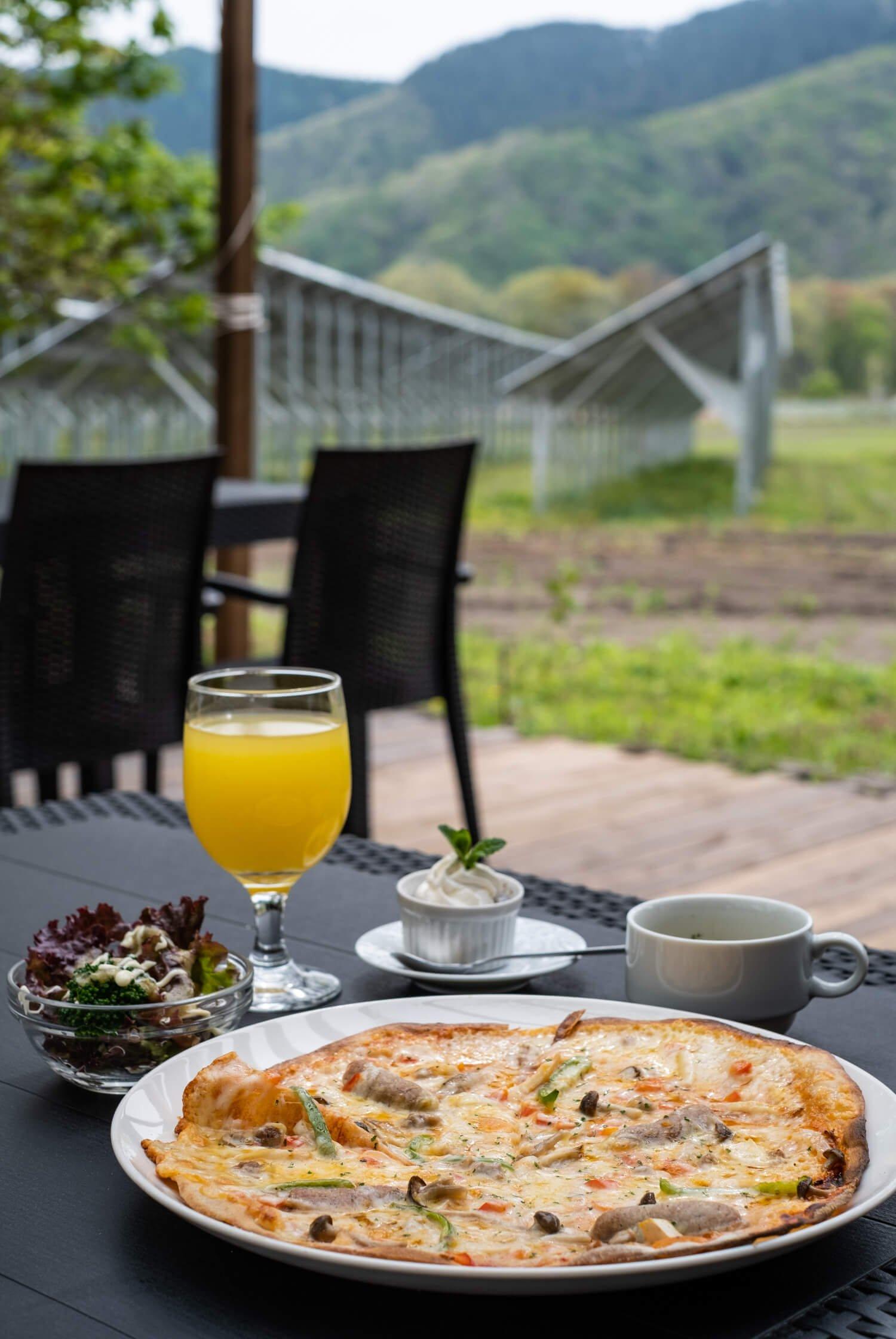 ハーフピッツァにスープ・デザートなどが付く平日ランチセット1100円の一例(夏季繁忙期を除く)