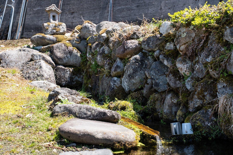 民家の敷地奥にひっそり湧く伊閑町(いかんちょう)の清水。
