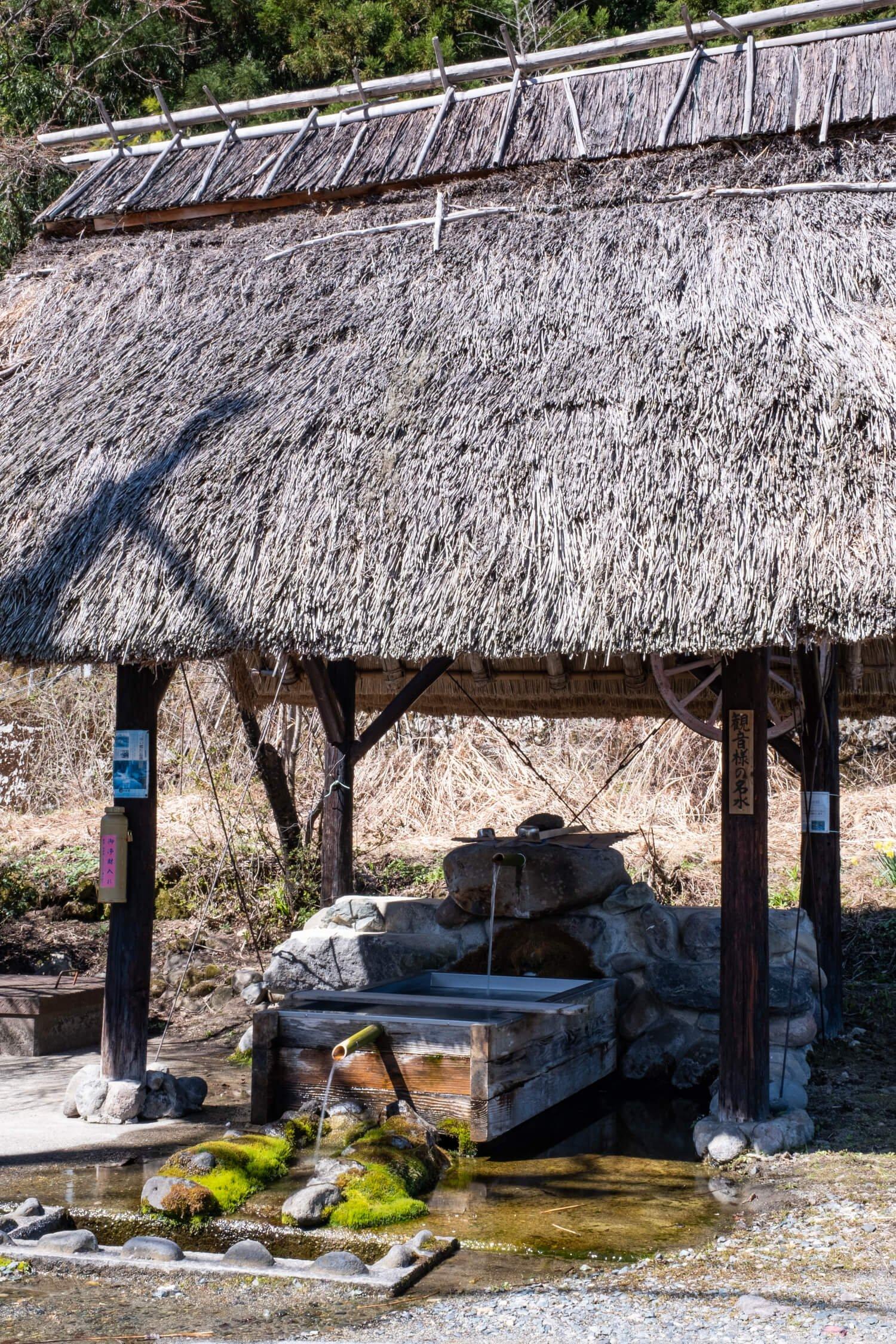 茅ぶき屋根が印象的な観音様の水は、地元の誰もが口を揃えてオススメする村の誉れだ。
