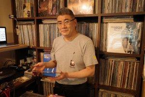 Cafe GINGER.TOKYO_レコード棚と店主