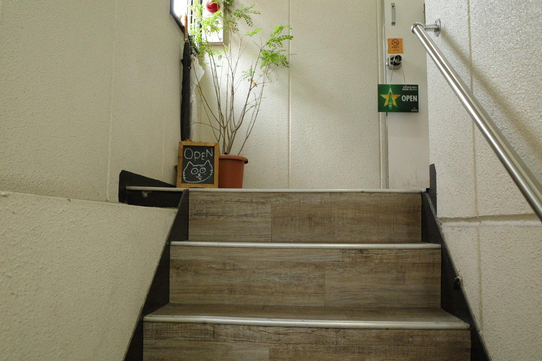 猫が描かれたかわいい黒板を目指して階段を昇っていこう。