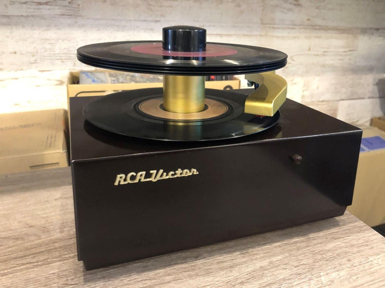 1949年に発売されたレコードプレイヤーが現役で稼働中。リクエストしたレコードをかけてくれることも。