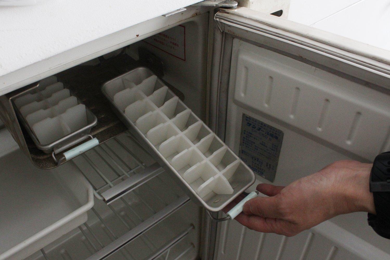 おかもとさんのカプセルにはもう使えないけど、冷蔵庫が残っている。製氷皿まで当時のまま!いいなぁ。