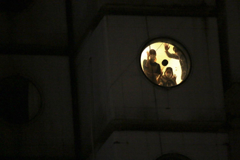 丸窓から覗く住人たち。