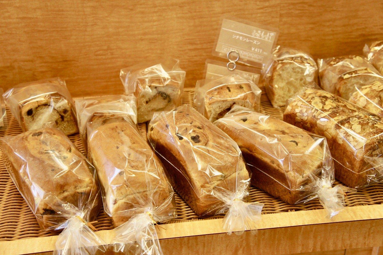 定番のシナモンレーズンパン411円。毎日焼き立てのパンと焼菓子が40種類も並ぶ。