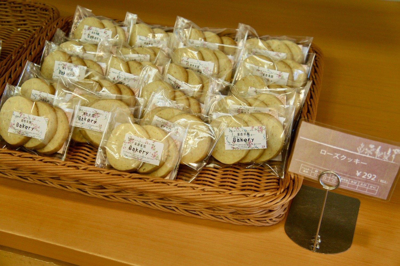 オリジナル焼菓子。写真はローズクッキー292円。ハーブコーディアルのローズシロップを練り込み、ローズがふんだんに感じられる。季節でラインナップが変化。