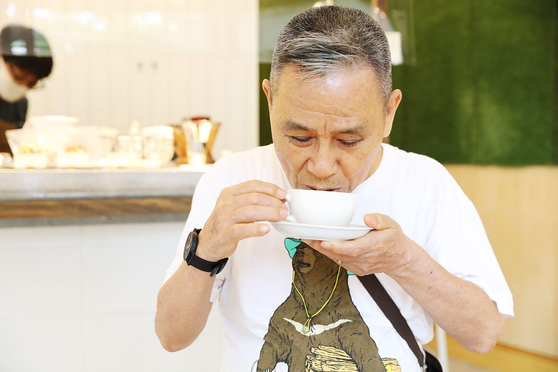 永代橋東詰め近くの『Gumtree Coffee Roaster』は道すがら立ち寄るお気に入りの店。コーヒーとミルクのバランスが絶妙なカフェラテを。