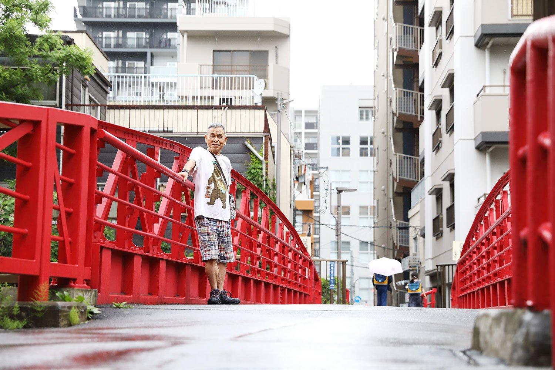 新田橋。大横川にかかる赤い橋。昭和7年(1932)、木場の開業医、新田清三郎が、不慮の事故で亡くなった夫人の供養のために、近隣の人たちと協力して架けた。映画の舞台にもなっている。橋のたもとには、船宿『吉野屋』がある。