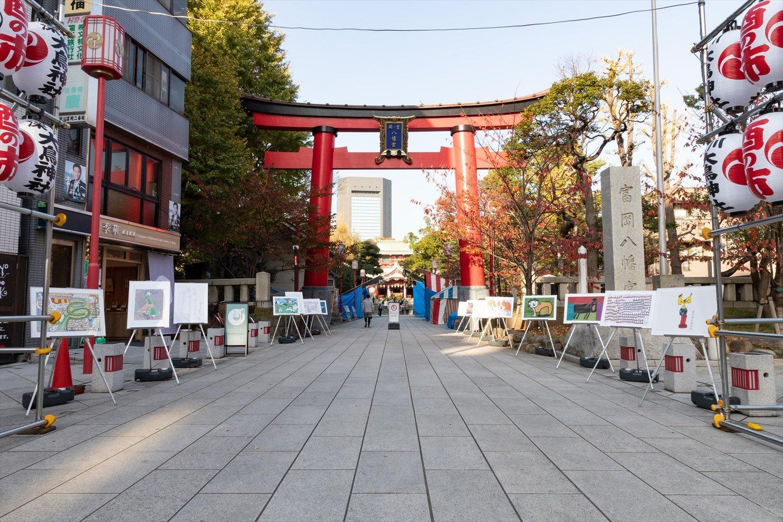 2020年のオープニングセレモニーは、富岡八幡宮の大鳥居前で開催。参道に作品がずらりと並べられた。