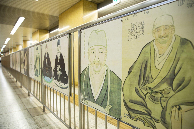 都営新宿線・森下駅構内には、さまざまな絵師が描いた芭蕉像が。