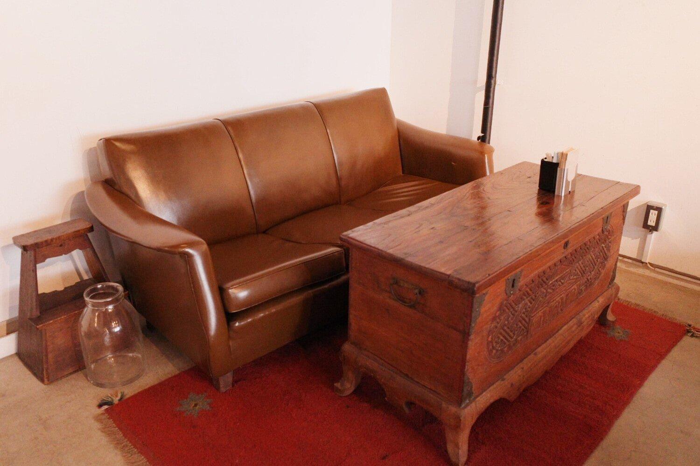 ひとつひとつ趣が違うヴィンテージの家具。どの席に座るか迷ってしまう。