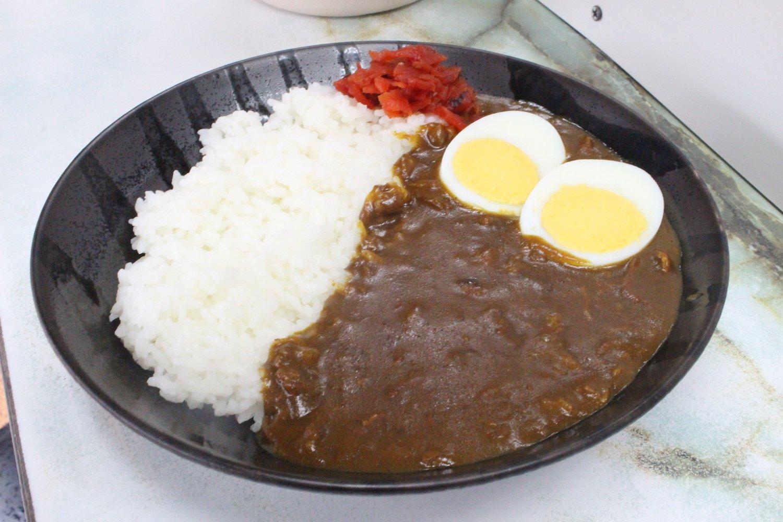 カレーライス550円は添えられたゆで玉子がうれしい。