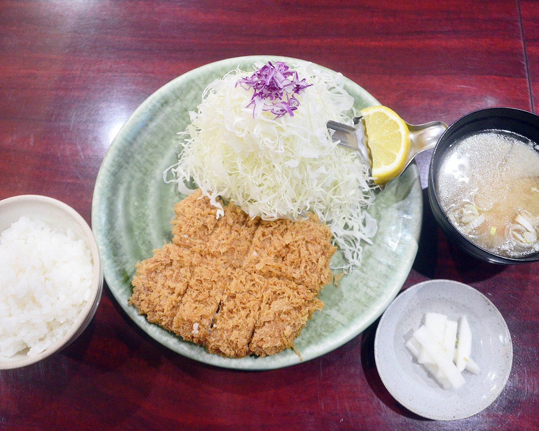 これが1日限定10食以内の特上ひれかつ定食1980円。柔らかな肉質のひれ肉にサクサクのころもがマッチしてご飯が何杯でも食べられる!