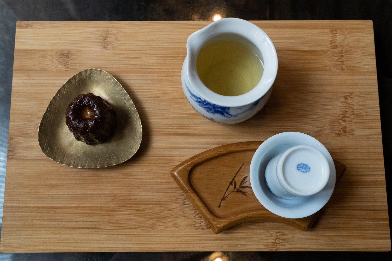 日本で生産されている烏龍茶や和紅茶も台湾の方式で提供される。1000円。『COH』のカヌレはお茶やコーヒーとセットでプラス300円。