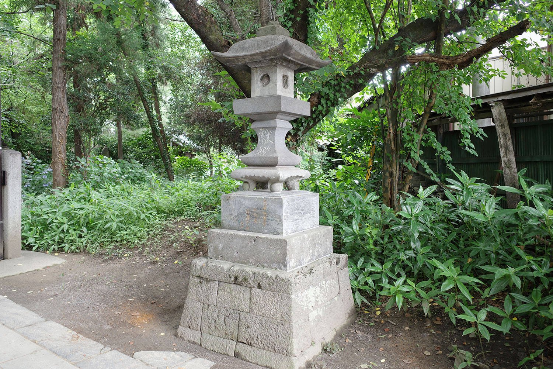 聖天山歓喜院長楽寺の渋沢宗助寄贈の石灯籠