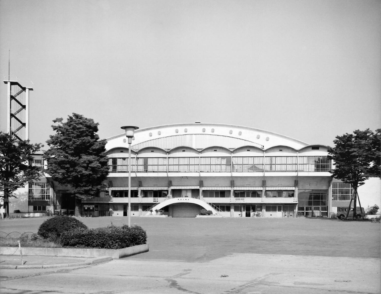 千駄ケ谷駅前の高台にかまぼこ型屋根が特徴だった。1964年大会では体操競技、新築の室内水泳場では水球とパラリンピック水泳が。 写真提供:東京都スポーツ文化事業団。